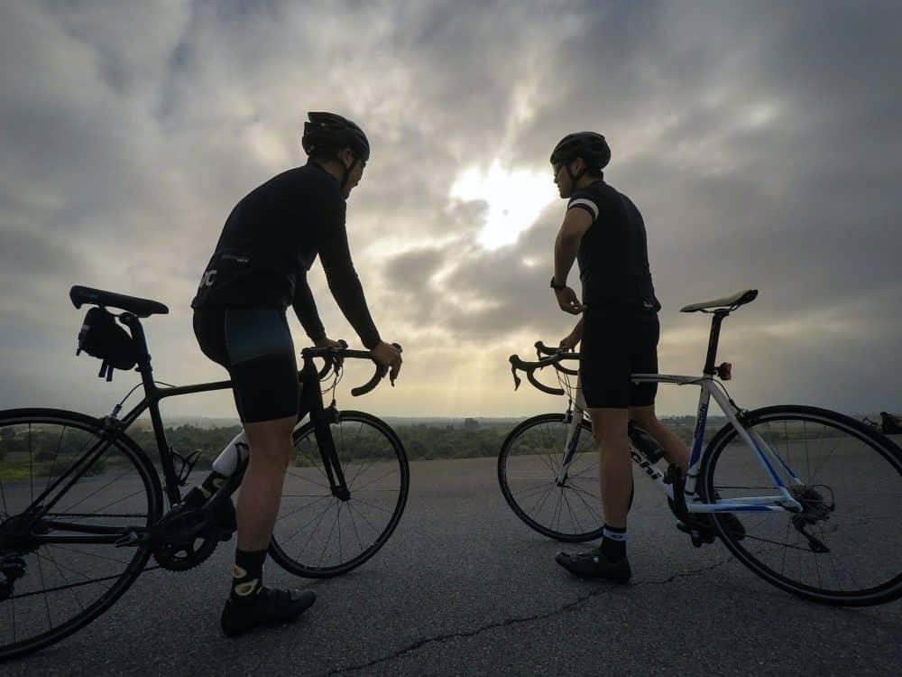 deux hommes sur vélo de route alu