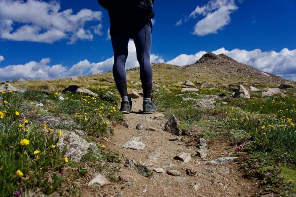 personne portant des chaussures de trail