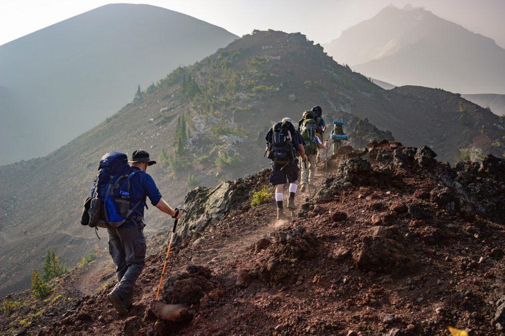 marcheurs en montagne portant des sacs à dos randonnée 60L