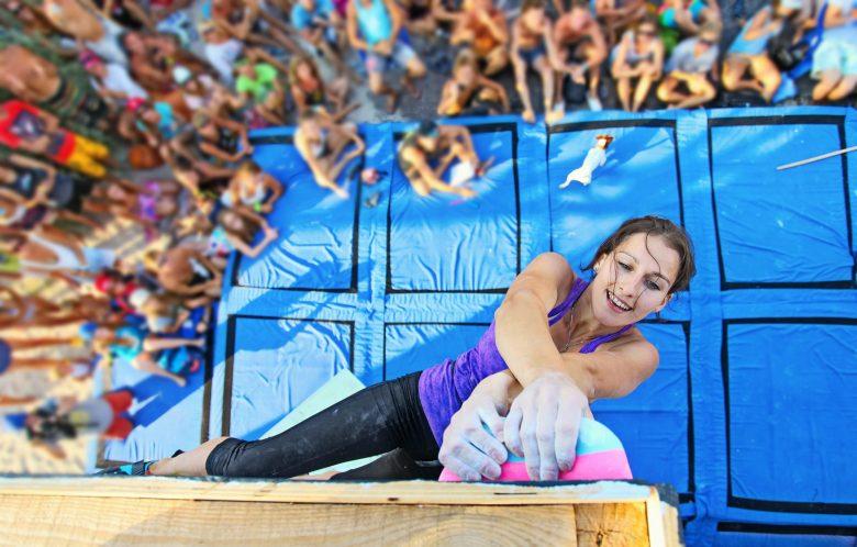 Femme grimpeuse participant à une compétition d'escalade