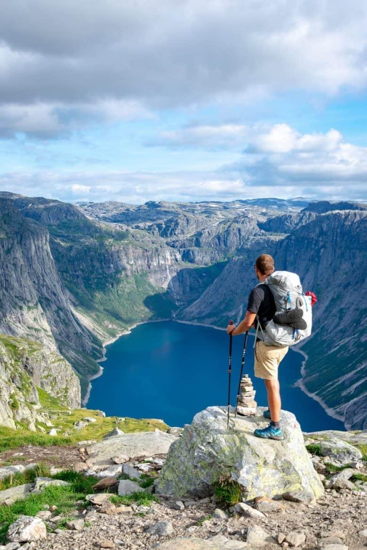 Homme debout sur un rocher portant des chaussures de randonnée basses