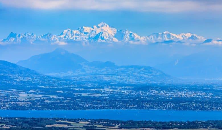 Image du massif du Mont Blanc enneigé et du lac Leman