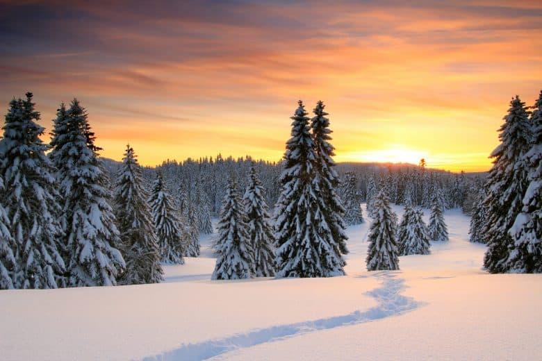 Coucher de soleil d'hiver dans les montagnes du Jura, dans le canton de Vaud (ouest)