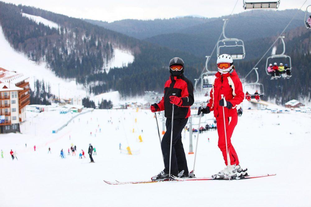Jeune couple sur une piste de ski