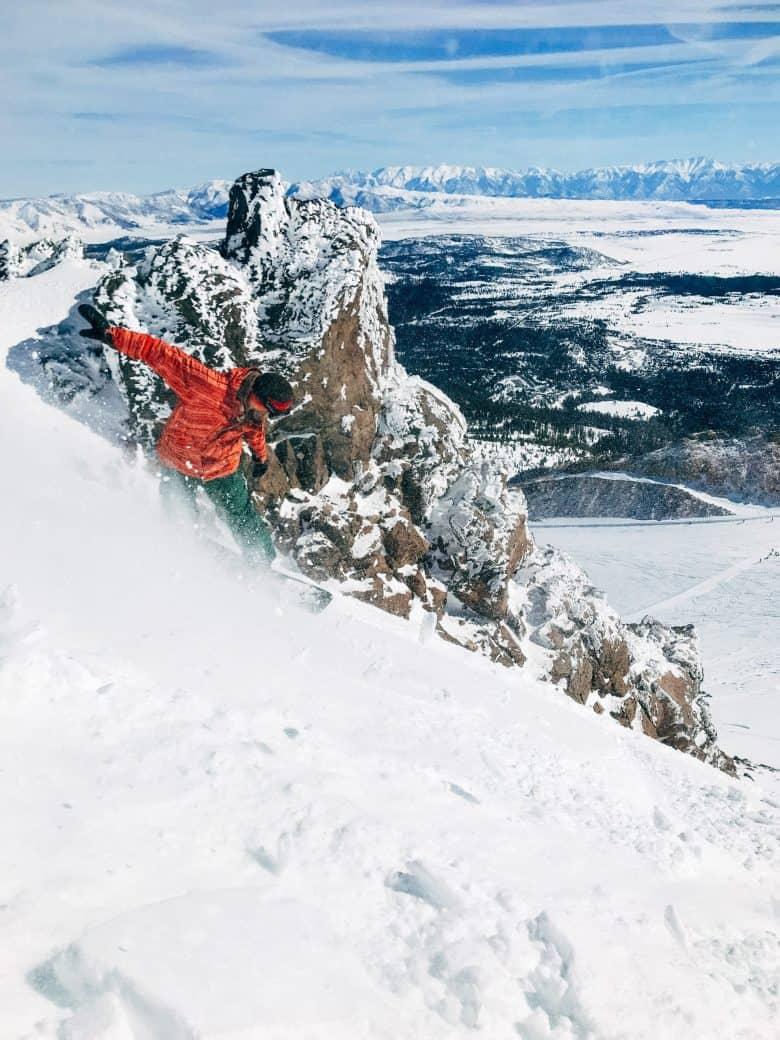 homme qui utilise un Splitboard en montagne