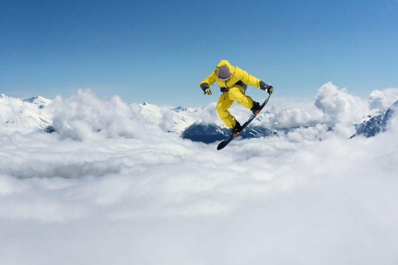 Snowboarder sautant sur des montagnes
