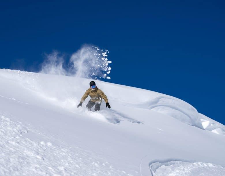 Snowboarder freerider se déplaçant dans la neige