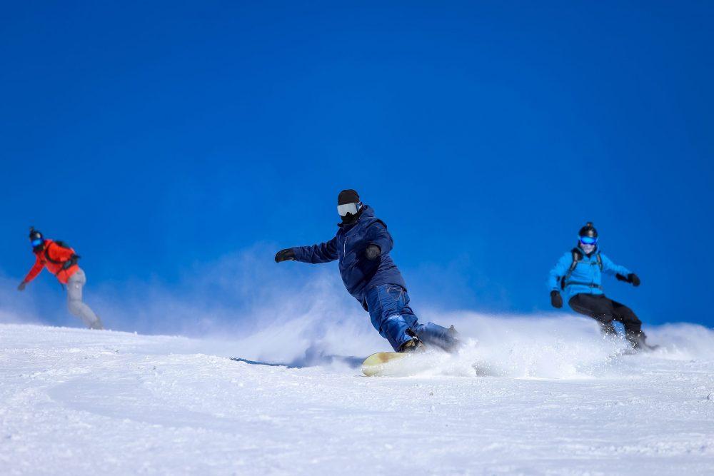 Snowboardeurs qui roulent vite sur un ski