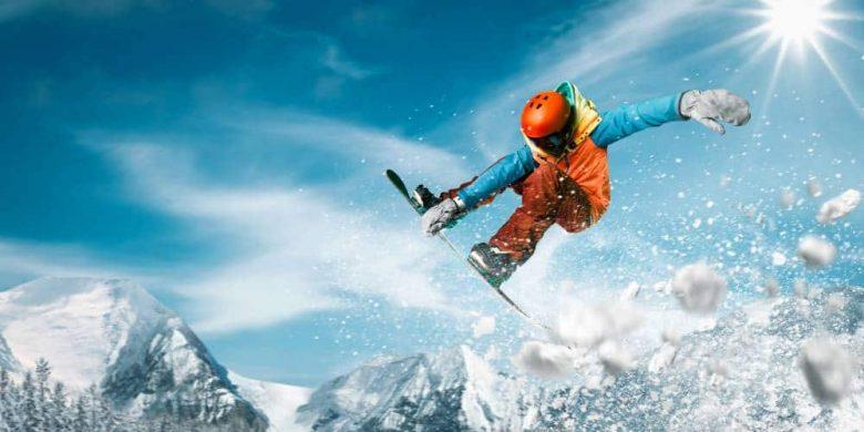 Un homme en train de faire de la planche à neige pour un sport d'hiver