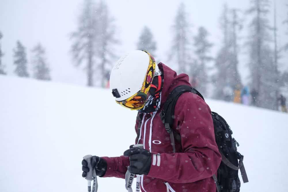 homme portant des gants de ski