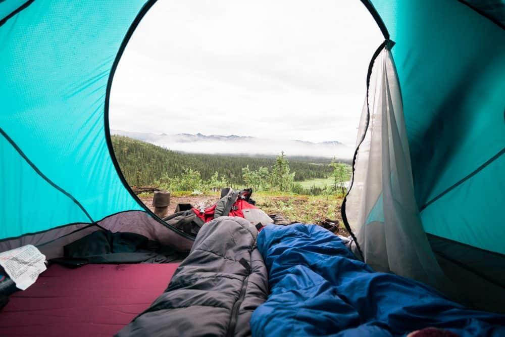 trois sacs de couchage dans une tente