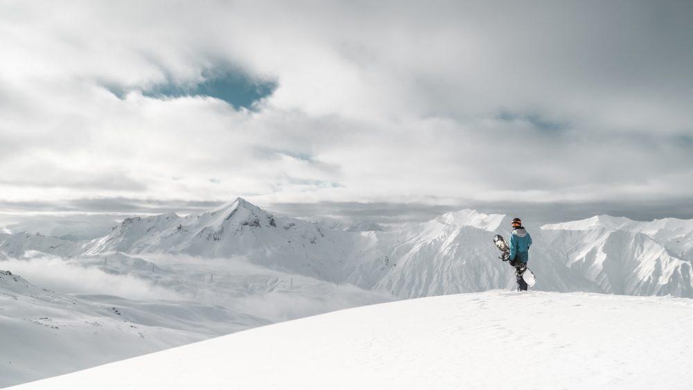personne en montagne avec snowboard